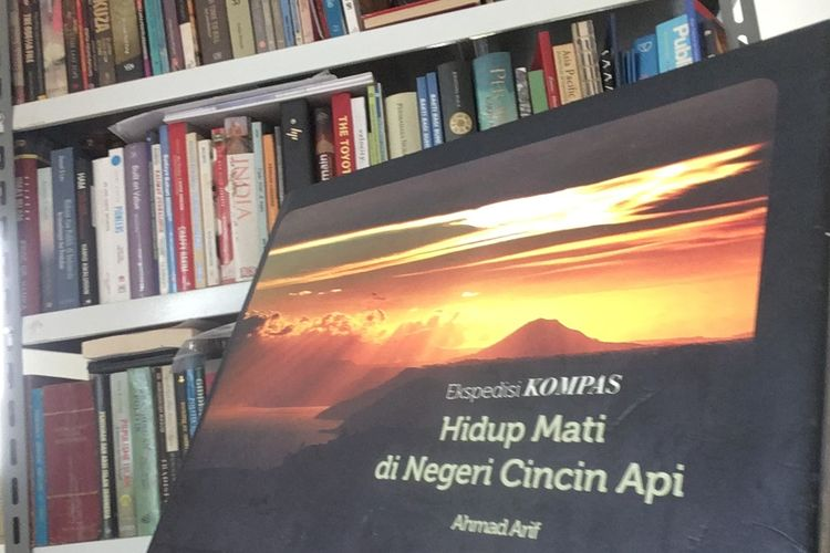 Sampul buku Hidup Mati di Negeri Cincin Api karya Ahmad Arif, terbitan Penerbit Buku Kompas pada 2013. Gambar diambil pada 2 November 2020.