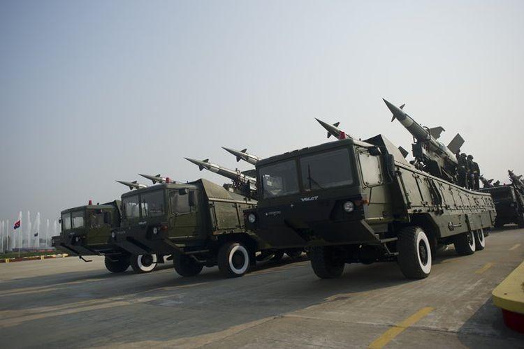 Misil udara milik militer Myanmar saat parade di Naypyidaw, pada 27 Maret 2016.