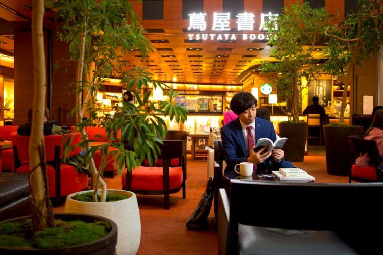 Toko Buku Tsutaya Umeda dengan konsep taman yang ada di dalam kafe