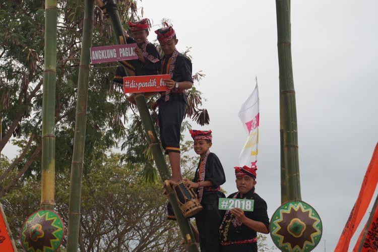 Para pemain angklung paglak di Banyuwangi yang terdiri dari empat orang. Mereka memainkan musik angklung di atas ketinggian 7 meter, Sabtu (4/8/2018).