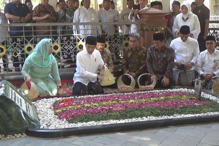 Presiden RI, Joko Widodo (Jokowi) didampingi Yenny Wahid, melakukan tabur bunga di pusara makam KH. Abdurrahman Wahid (Gus Dur), di Pesantren Tebuireng Jombang Jawa Timur, Selasa (18/12/2018).