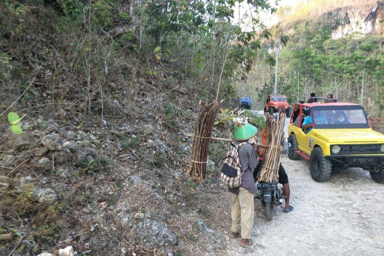 Peserta offroad akan menjumpai warga yang mencari kayu bakar di hutan.