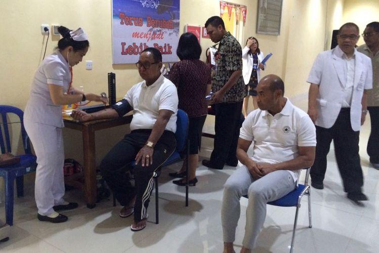 Pasangan bakal calon gubernur NTT Viktor Bungtilu Laiskodat saat menjalani pemeriksaan kesehatan di RSU WZ Johannes Kupang.