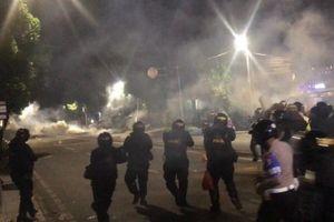 Dipukul Mundur ke Tanah Abang, Massa Membalas Gas Air Mata dengan Petasan