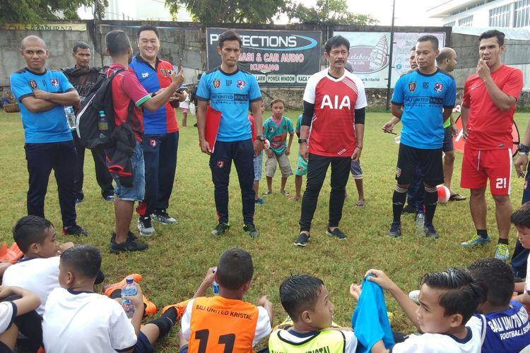 Indra Sjafri saat memberikan motivasi kepada sejumlah anak-anak di Kota Kupang, NTT yang akan mengikuti proses seleksi, Selasa (30/4/2019)