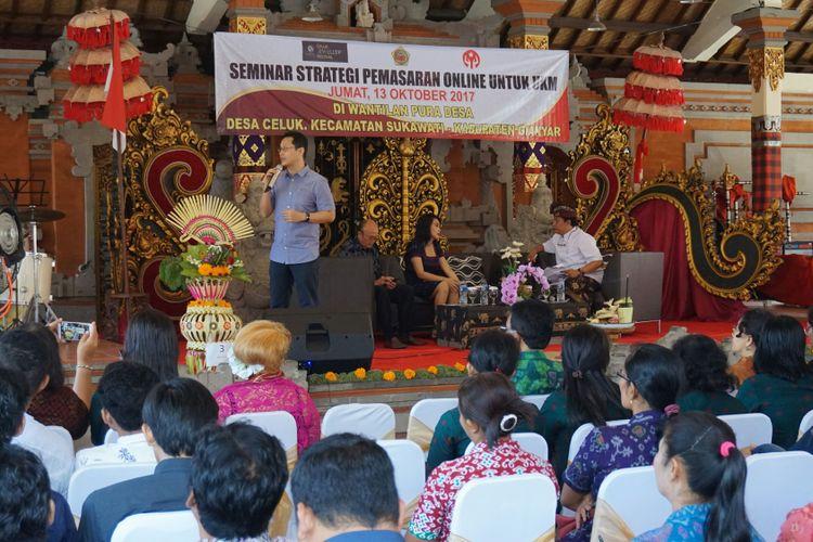 Acara seminar strategi pemasan online untuk UMKM di sentra produk kerajinan perak oleh Kementerian Koperasi dan UKM, di Kecamatan Sukawati, Gianyar, Bali, Jumat (13/10/2017).