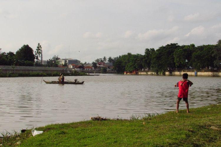 Sungai Cisadane dekat Pasar Lama, Tangerang. Sungai ini masih kerap digunakan nelayan untuk mencari ikan.