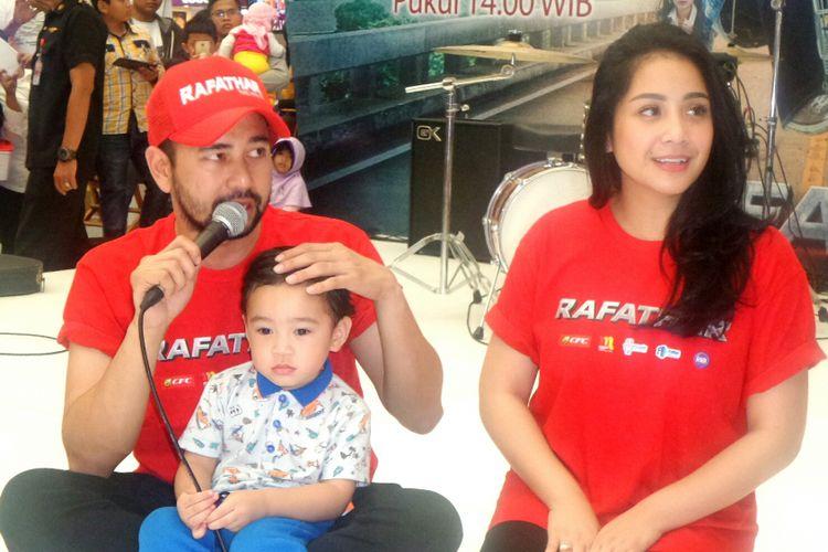 Pembawa acara Raffi Ahmad bersama sang istri, Nagita Slavina saat diabadikan di kawasan Depok, Jawa Barat, Sabtu (15/7/2017).