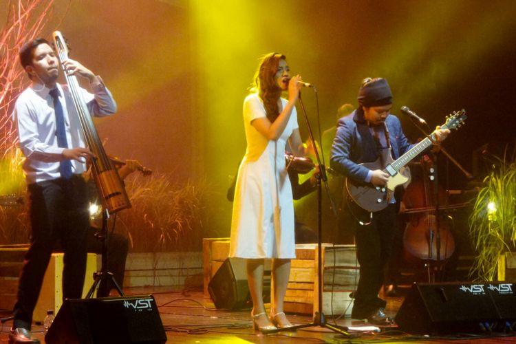 Grup band Payung Teduh saat berkolaborasi dengan Monita Tahalea dalam konser BBM Liztomania Konser Musik Tanah Air Vol.3 Payung Teduh Catra Adhum di Gedung Kesenian Jakarta, Jakarta Pusat, Selasa (14/11/2017).
