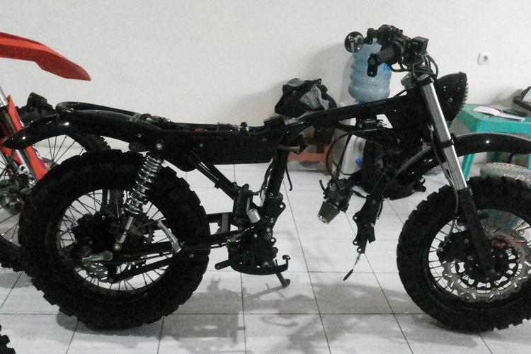Kerangka dari Honda Tiger 2004 yang sudah dimodifikasi bergaya scrambler.