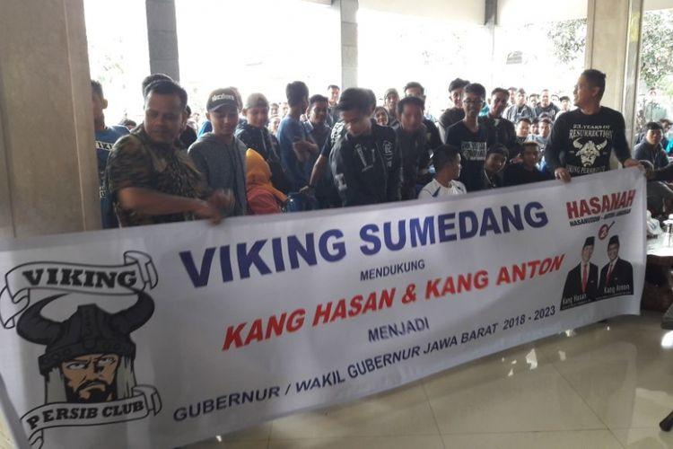 Komunitas suporter sepakbola Persib Bandung,  Viking Sumedang, menyatakan dukungan untuk pasangan calon gubernur dan wakil gubernur Jawa Barat Tubagus Hasanudin Anton Charliyan.