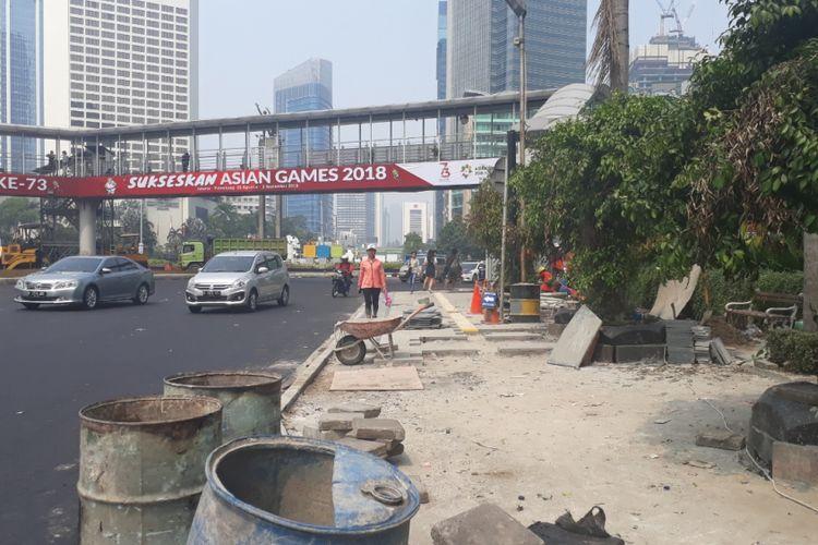 Kondisi trotoar yang masih belum rampung di depan Plaza Indonesia, Jakarta Pusat, Minggu (22/07/2018).