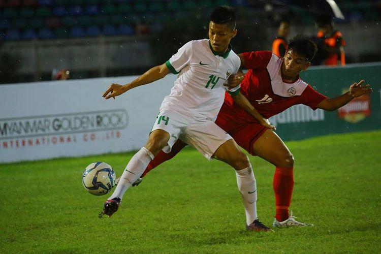 Aksi pemain timnas U-19 Indonesia, Feby Eka Putra, ketika menghindari ancaman pemain Filipina pada pertandingan Piala AFF U-18 di Myanmar, Kamis (7/9/2017).
