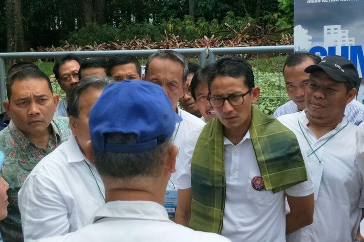 Wakil Gubernur DKI Jakarta Sandiaga Uno saat melihat demo sumur resapan di Masjid Al-Ikhlas, Jalan Cipete, Minggu (5/11/2017).