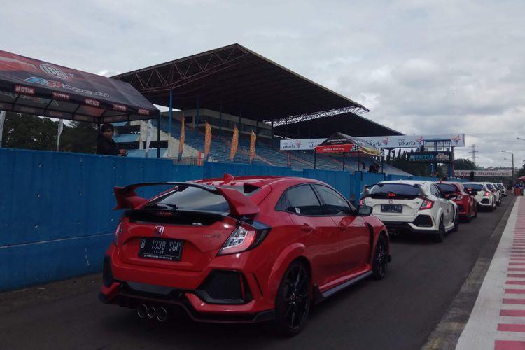 Anggota Komunitas Honda Civic type R atau yang disapa R Club, tengah menjajal Sirkuit Internasional Sentul, Bogor Jawa Barat, untuk pertama kali. Kegiatan dilakukan di sela-sela gelaran kejuaraan Indonesia Sentul Series of Motorsport (ISSOM), Minggu (26/11/2017).
