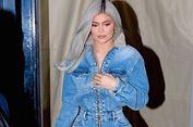Kylie Jenner Tampil Memesona dengan Denim Jumpsuit