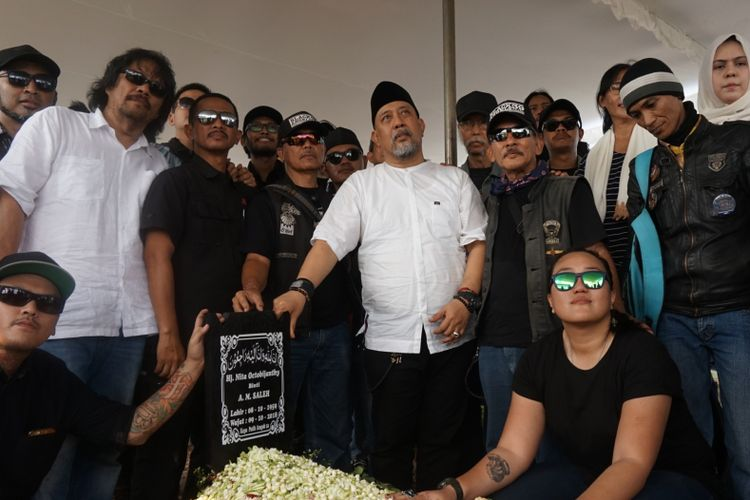Indro Warkop didampingi anggota komunitas motor gede dan anaknya Handhika Indrajanthy Putrie (tengah bawah) berfoto di makam istrinya Nita Octobijanthy di TPU Tanah Kusir, Jakarta Selatan, Rabu (10/10/2018).