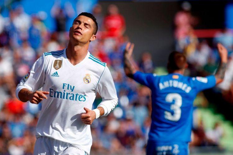 Bintang Real Madrid, Cristiano Ronaldo, tampak kecewa ketika gagal menyelesaikan peluang ke gawang Getafe pada pertandingan La Liga, Sabtu (14/10/2017).