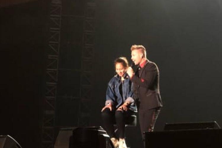 Pevita Pearce saat naik panggung Konser Westlife The Twenty Tour 2019 Live in Indonesia di ICE, BSD City, Tangerang, Rabu (7/8/2019).