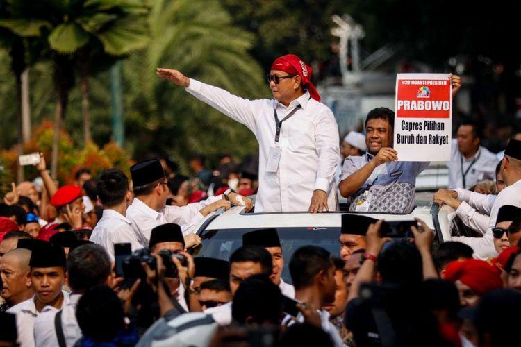 Calon presiden Prabowo Subianto menyapa para pendukungnya seusai mendaftarkan dirinya di Gedung KPU RI, Jakarta, Jumat (10/8/2018). Pasangan Prabowo-Sandi secara resmi mendaftar sebagai calon presiden dan wakil presiden tahun 2019-2024.