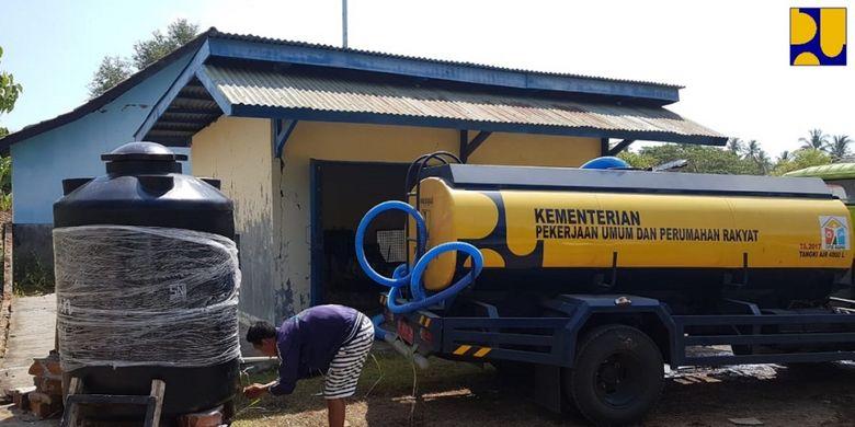 Distribusi air bersih menggunakan mobil tangki air dan penyambungan ke jaringan pipa PDAM yang sudah ada ke sembilan desa di Kabupaten Lombok Timur dan Lombok Utara, Nusa Tenggara Barat.(Dokumentasi Biro Komunikasi Publik Kementerian PUPR)