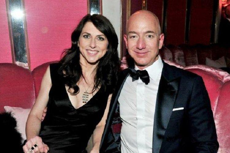 CEO Amazon Jeff Bezos dan mantan istrinya, MacKenzie Bezos. Foto ini diambil pada 26 Februari 2017 di Hollywood, California, AS. (AFP/Jerod Harris)