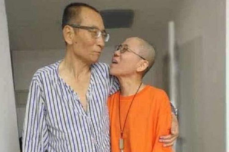 Liu Xiaobo (kiri) tampil dalam foto bersama istrinya Liu Xia (kanan)