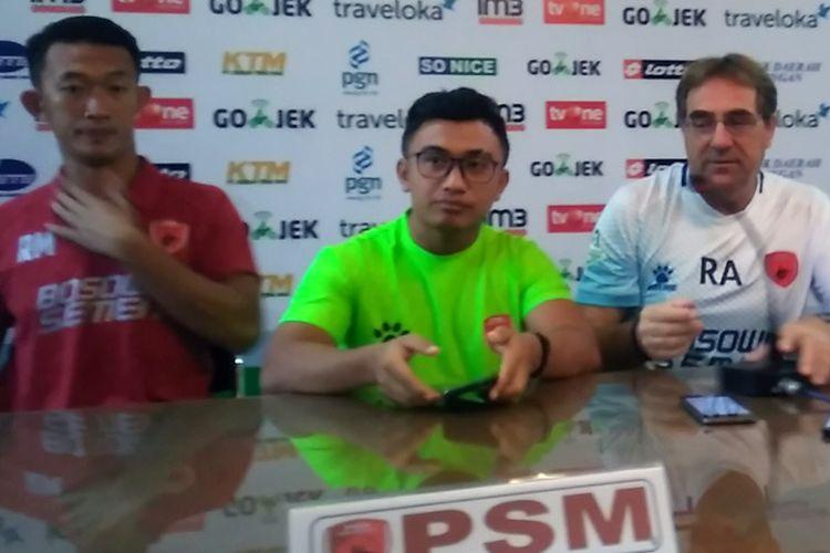 Pelatih PSM Makassar Robert Rene Alberts (kanan) dan Rivky Mokodompit (kari), dalam sesi jumpa pers sebelum pertandingan lawan Persela Lamongan.