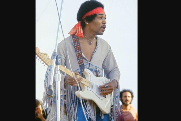 Jimi Hendrix saat tampil dalam festival musik, Woodstock Music and Art Fair, pada 1969.