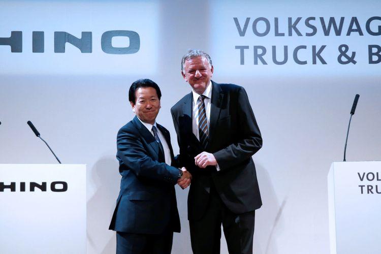 Presiden Hino Motors Yoshio Shimo (kiri) dan CEO Volkswagen Truck & Bus Andreas Renschler saling berjabat tangan, pada konferensi pers di Tokyo, Kamis (12/4/2018).