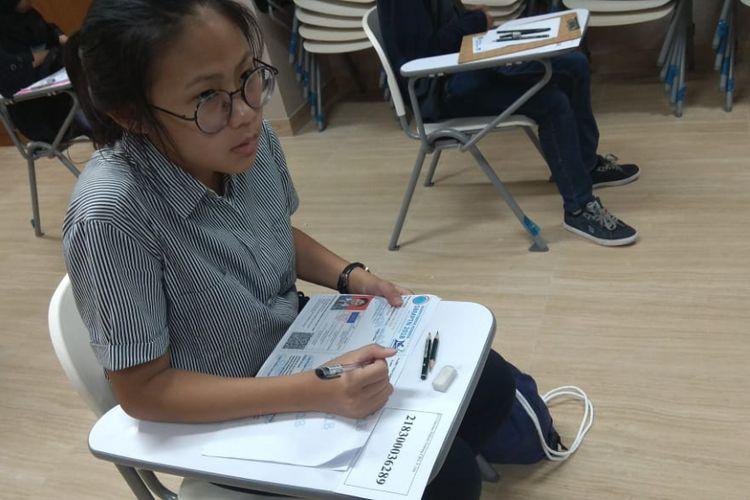 Salah satu peserta ujian SBMPTN berbasis cetak yang diadakan hari ini (8/5/2018) di salah satu panitia lokal Jakarta, Kampus UI Depok.