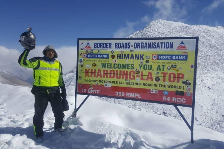 Biker yang menempuh perjalanan naik motor dari Jakarta-Himalaya, Gunadi (41) saat berada di kawasan pegunungan tertinggi di dunia itu.