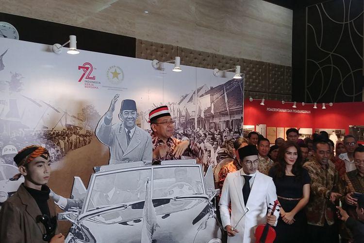 Menteri Sekretaris Negara Pratikno mengunjungi pameran arsip Soekarno di Gedung III Kementerian Sekretariat Negara, Kompleks Istana Kepresidenan, Jakarta, Selasa (22/8/2017).