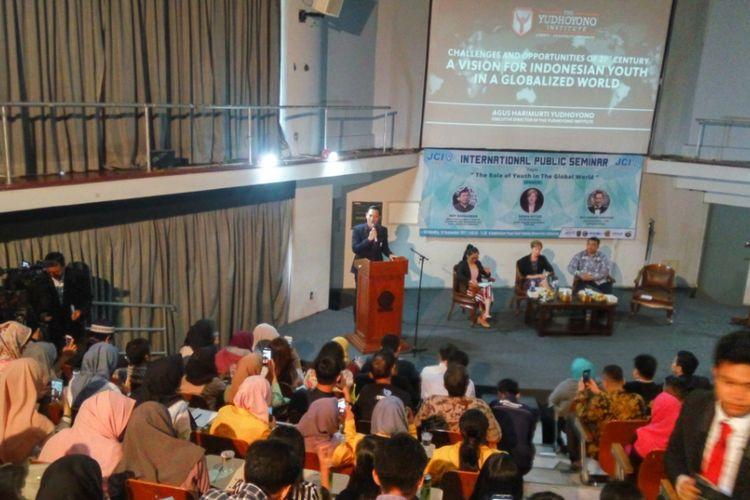 Direktur Eksekutif Yudhoyono Institute, Agus Harimurti Yudhoyono saat menjadi pembicara dalam seminar yang diadakan Junior Chamber International (JCI) di Auditorium Pusat Studi Jepang Universitas  Indonesia (UI) pada Rabu (13/9/2017).