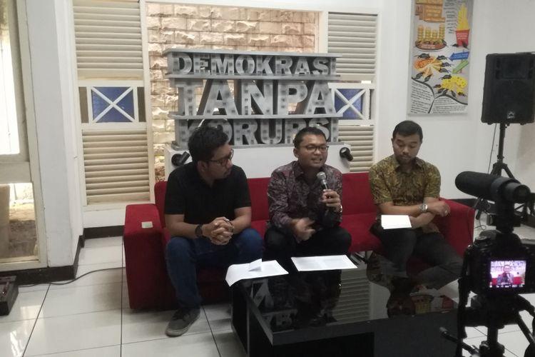 Konsultan hukum dan praktisi pelacakan aset pidana, Paku Utama (tengah)dalam diskusi Urgensi Mutual Legal Assistance antara Indonesia dan Swiss di kantor ICW, Jakarta, Kamis (14/2/2019).