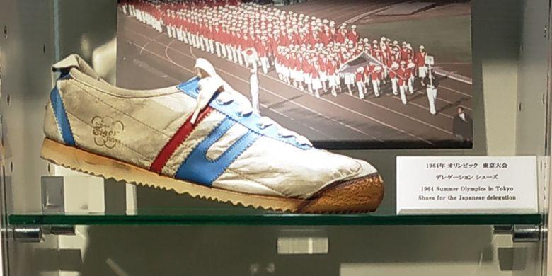 Sepatu Onitsuka Tiger Delegation yang dipakai delegasi Jepang pada Olimpiade Tokyo 1964, disimpan di ASICS Museum, Kobe, Jepang