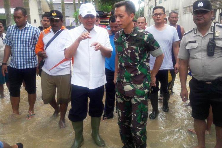 Dandim 0201/BS Medan Letkol Inf Yuda Rismansyah bersama Wali Kota Medan Dzulmi Eldin di lokasi banjir Kota Medan, Minggu (16/9/2018)