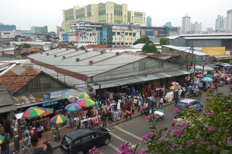 Kondisi trotoar sekitar Stasiun Pasar Tanah Abang, Jakarta Pusat.