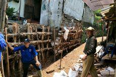 Tembok Rumah Warga yang Ambrol di Jagakarsa Mulai Dipasangi Turap