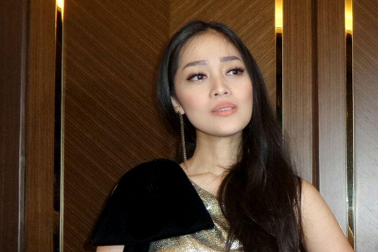 Gracia Indri dijumpai sesudah menghadiri acara peluncuran sebuah produk perawatan kecantikan di Hotel Fairmont, Senayan, Jakarta Pusat, Senin (20/11/2017).