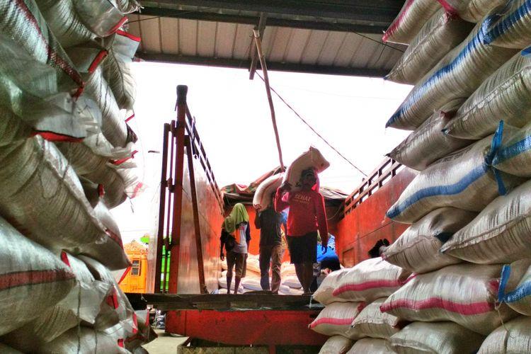 Aktivas pengangkutan besar di salah satu kios beras di Pasar Induk Beras Johar,  Karawang,  Selasa (19/12/2017). Desember ini kenaikan harga beras lebih signifikan ketimbang tahun sebelumnya.