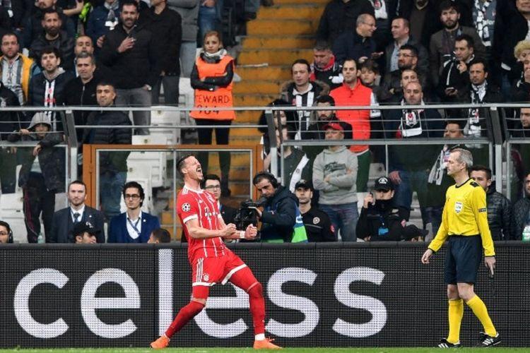 Penyerang Bayern Muenchen, Sandro Wagner, melakukan selebrasi seusai mencetak gol ke gawang Benfica pada pertandingan babak 16 besar Liga Champions di Stadion Vodafone, Rabu (14/3/2018).