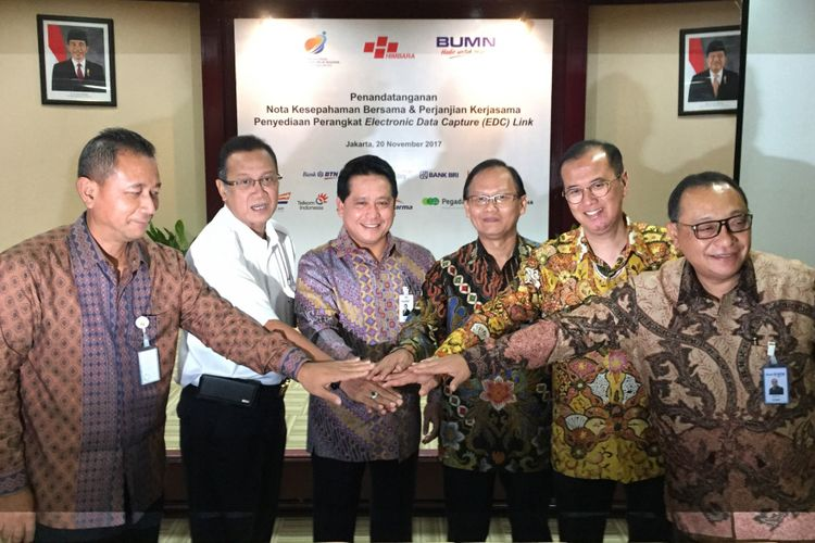 Sejumlah perwakilan enam BUMN bersama Himpunan Bank Milik Negara (Himbara) menandatangani nota kesepahaman tentang kerja sama penyediaan dan integrasi perangkat electronic data capture (EDC) di gedung Kementerian BUMN, Jakarta Pusat, Senin (20/11/2017).