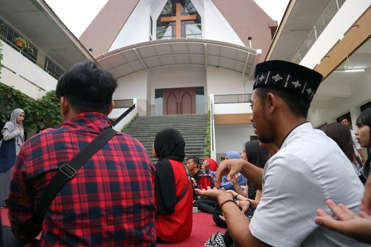 Suasana saat para pemuda lintas iman dan disabilitas, belajar bahasa isyarat di komplek Gereja Kristen Indonesia (GKI) Jombang, Senin (3/6/2019) petang. Kegiatan itu merupakan rangkaian kegiatan memperingati hari lahir Pancasila, sembari menunggu waktu berbuka puasa.