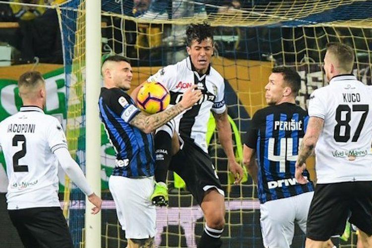Mauro Icardi dan Bruno Alves berebutan bola pada pertandingan Parma vs Inter Milan di Stadion Ennio Tardini dalam lanjutan Liga Italia, 9 Februari 2019.
