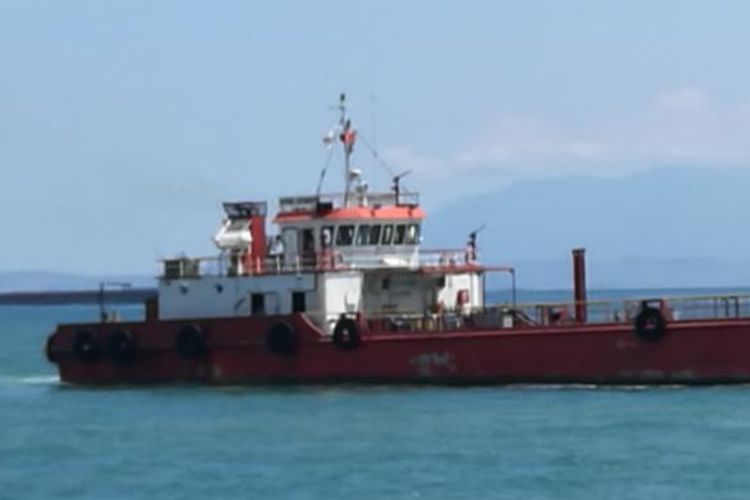 Kapal tongkang sedang berlayar di Selat Sunda