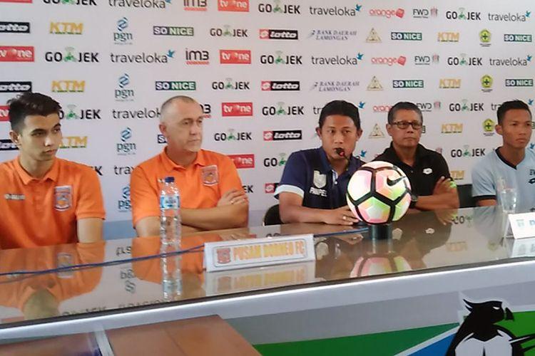 Jumpa pers jelang laga Persela Lamongan versus Pusamania Borneo FC, Jumat (7/7/2017). Dari kiri ke kanan; Nadeo Argawinata, Dragan Djukanovic, media officer Persela, Herry Kiswanto, dan Eki Taufik.