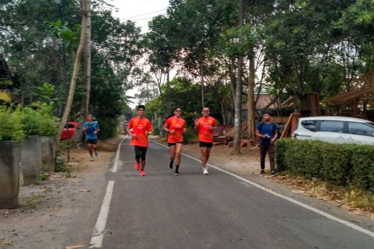 Sejumlah pelari melintas di jalan desa sekitar Candi Borobudur dalam rangka pra BJBM 2017, Minggu (17/9/2017)