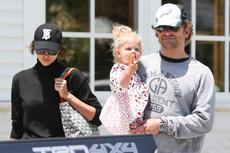Gaya Bradley Cooper Padukan Sandal Jepit dan Arloji