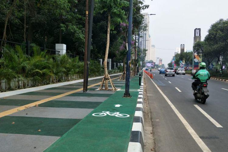 Jalur sepeda di trotoar Jalan Asia Afrika, tepatnya di luar gerbang kompleks Gelora Bung Karno (GBK), terhalang tiang. Foto diambil Selasa (31/7/2018).